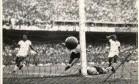 """""""Maracanazo"""". Na final da Copa de 50, Ghiggia bate Barbosa e marca o segundo gol da vitória do Uruguai, por 2 a 1, no então Estádio Municipal, calando 200 mil torcedores Foto: 16/07/1950 / EFE/Reprodução"""