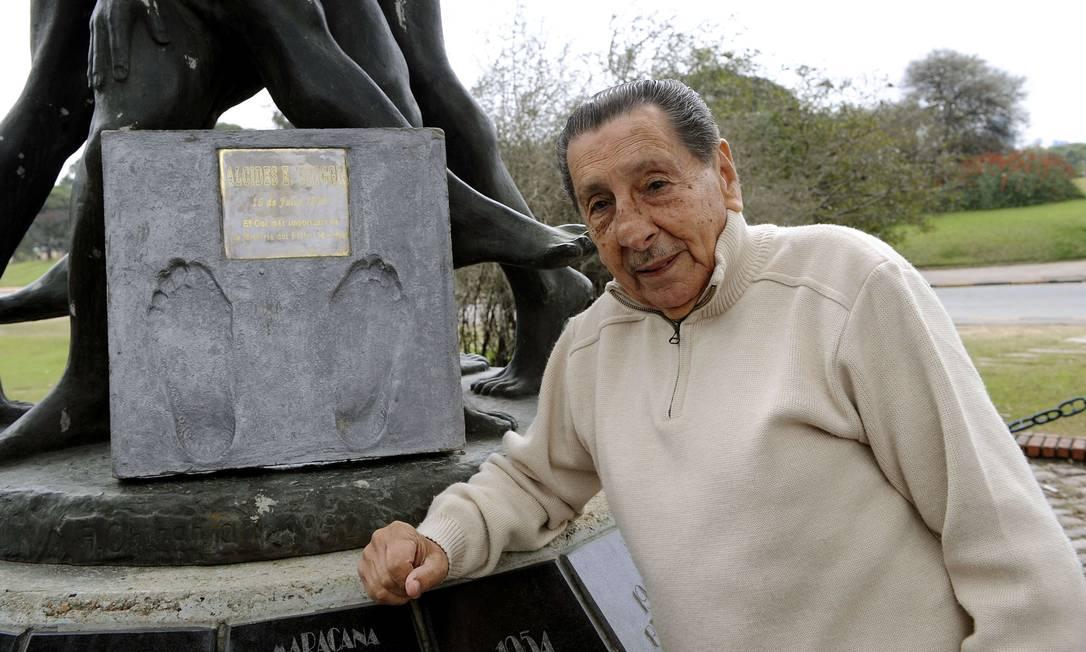 O carrasco brasileiro na Copa de 1950 e uma das placas em sua homenagem em Montevidéu MIGUEL ROJO / AFP