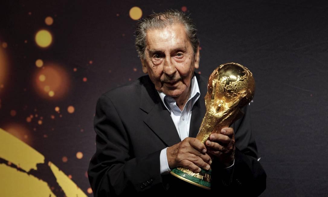 Ghiggia posa com a taça da Copa do Mundo de 2014 ANDRES STAPFF / REUTERS