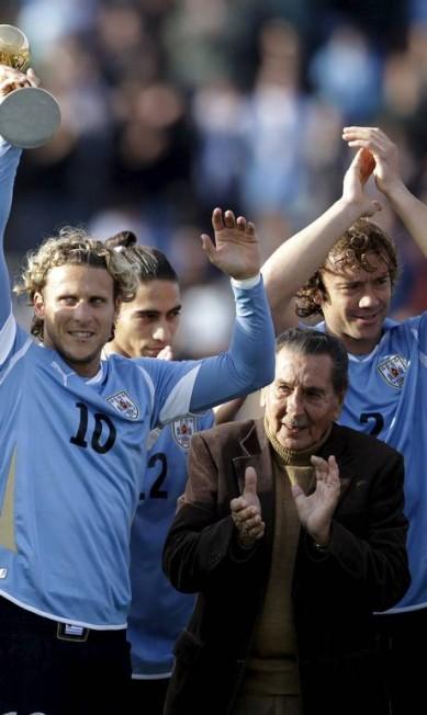 Ghiggia entre Forlán e Lugano, em amistoso entre Uruguai e Holanda, em 2011 ANDRES STAPFF / REUTERS