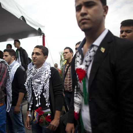 Adiós Araffat. Estudantes palestinos durante recepção oficial: receio de validade do diploma Foto: Ariana Cubillos / AP