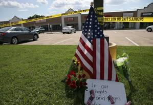 Memorial improvisado em Centro das Forças Armadas em Chattanooga lembra vítimas de ataques no Tennessee Foto: Damon Moritz / AFP