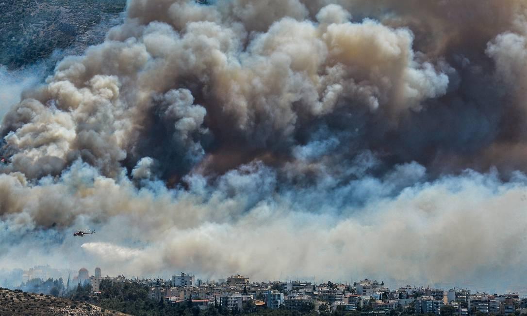 Dois incêndios florestais foram registrados nesta sexta-feira próximo ao Monte Yemette, arredores de Atenas, e na Lacônia, sul do monte Peloponeso ANDREAS SOLARO / AFP
