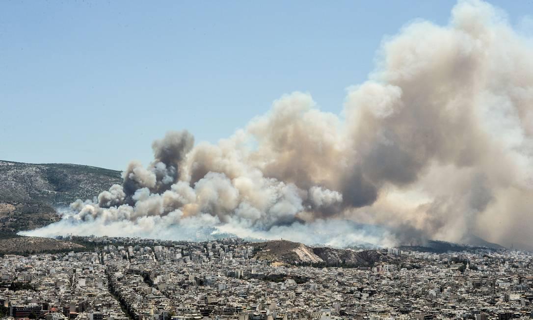 Fumaça e cinzas se espalharam sobre Atenas ANDREAS SOLARO / AFP