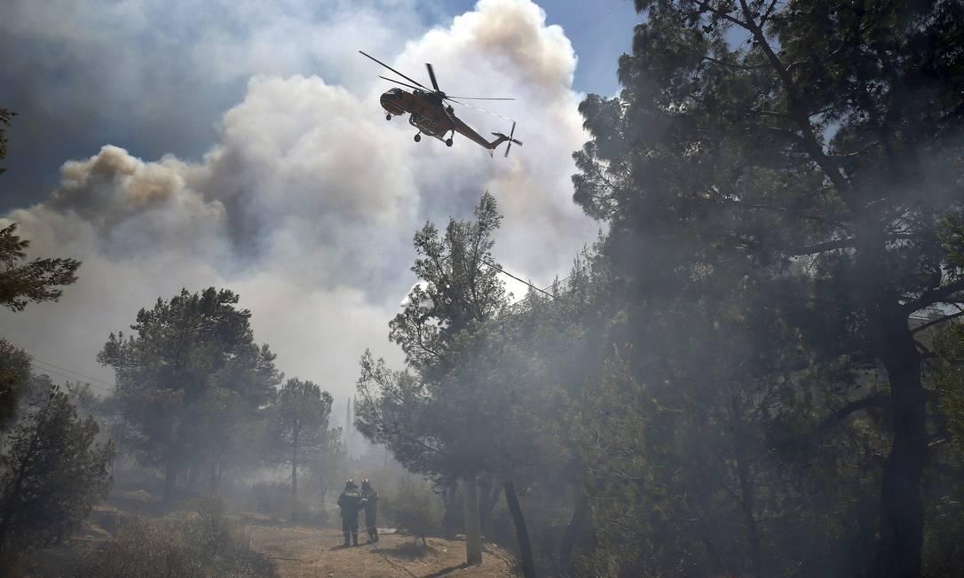 Aeronaves lançaram água sobre as chamas YANNIS BEHRAKIS / REUTERS