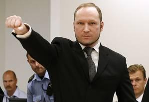 O assassino norueguês Anders Behring Breivik ao chegar no tribunal, em Oslo, em 2012 Foto: Reuters / 25/08/2012