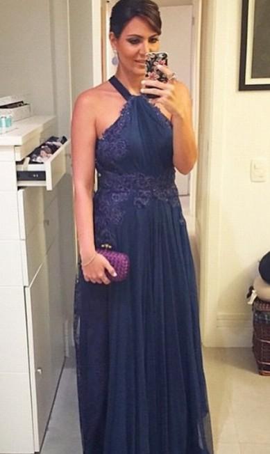 A promoter Carol Sampaio escolheu uma clutch berinjela para combinar com seu vestido Divulgação