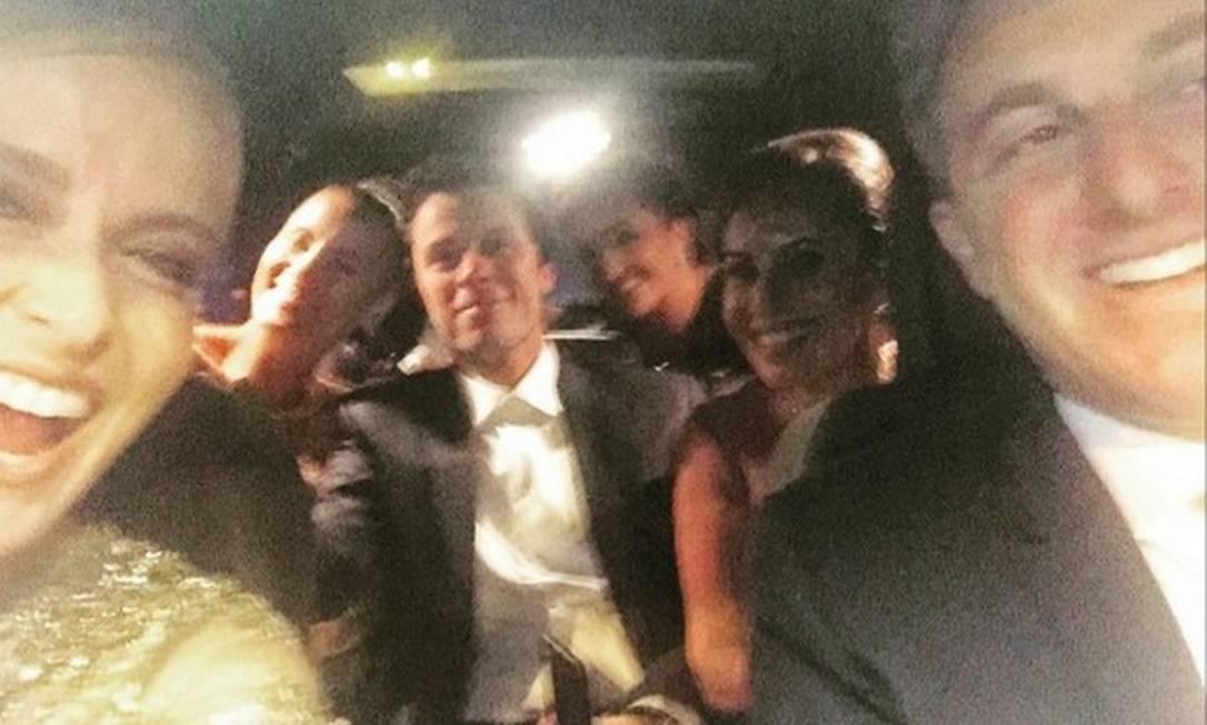 Angélica postou uma foto animada com o marido Luciano Huck. Eles seguiram para o casamento acompanhados da atriz Carolina Dieckmann Reprodução Instagram