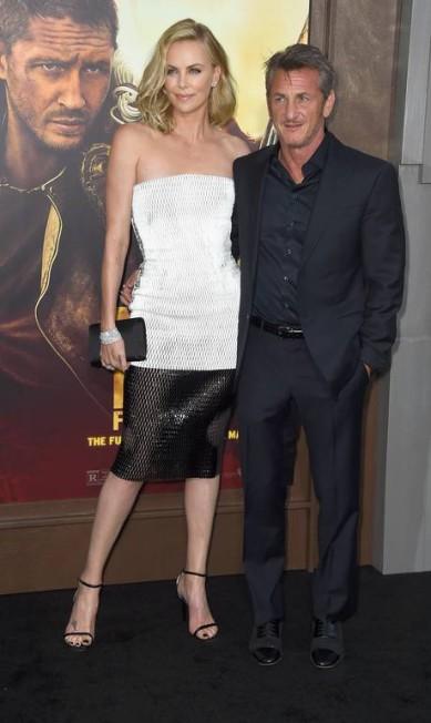 """Charlize Theron e Sean Penn roubaram a cena na première do filme """"Mad Max: estrada da fúria"""", que aconteceu nesta quinta-feira, na Califónia Frazer Harrison / AFP"""