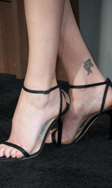 Zoom nos pés de Charlize Theron. Foco na tatuagem VALERIE MACON / AFP