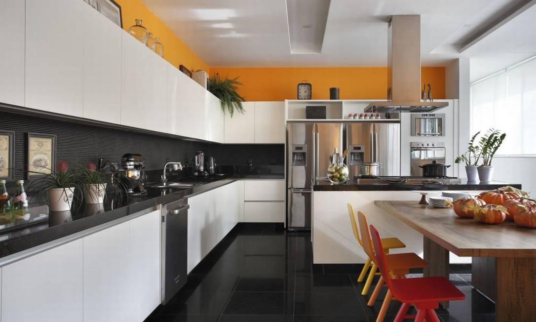 Em outro projeto na Barra, os arquitetos Bruno Carvalho e Camila Avelar aproveitaram ao máximo a cozinha de 40 m² de um jovem casal Foto: Divulgação