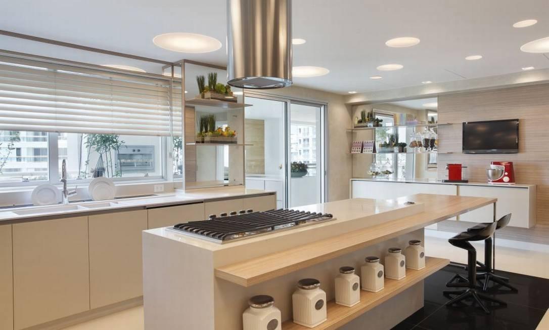 No projeto da arquiteta Ana Lúcia Jucá em um apartamento na Barra da Tijuca, a cozinha de 25 m² ganhou sofisticação com a instalção de uma coifa na ilha Foto: Divulgação