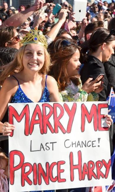"""Victoria McRae com seu cartaz e com sua """"coroa"""": """"Case comigo. última chance! Príncipe Harry"""" POOL / REUTERS"""