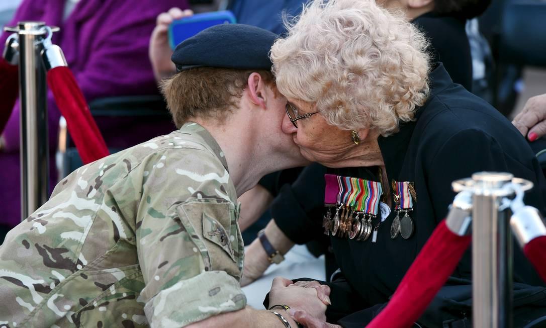 A veterana de guerra Daphne Dunne também beijou o príncipe POOL / REUTERS