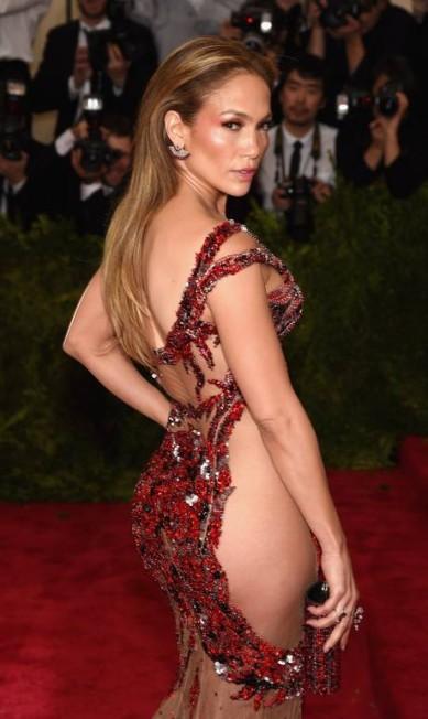 """Jennifer Lopez apostou no mesmo truque de Beyoncé e Kim Kardashian para conseguir o efeito """"uau"""" Dimitrios Kambouris / AFP"""