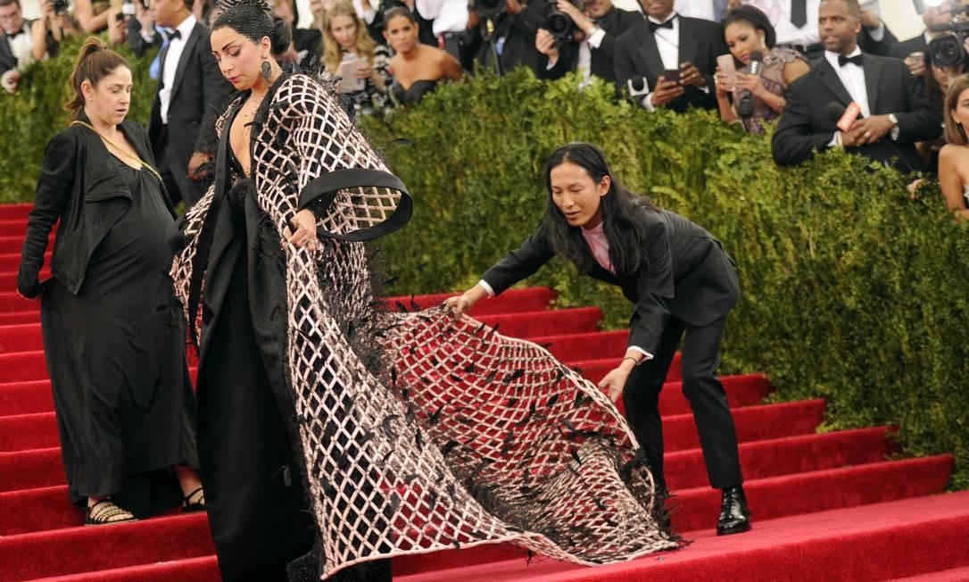Alexander Wang fez questão de ajustar o look de Lady Gaga para a foto Evan Agostini / Evan Agostini/Invision/AP