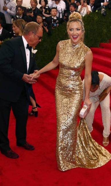 Michael Kors ficou bem atento ao ajuste do look de Kate Hudson no red carpet LUCAS JACKSON / REUTERS