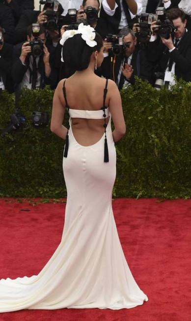 """Nada passa despercebido num red carpet - nem as """"dobrinhas"""" de Selena Gomez TIMOTHY A. CLARY / AFP"""