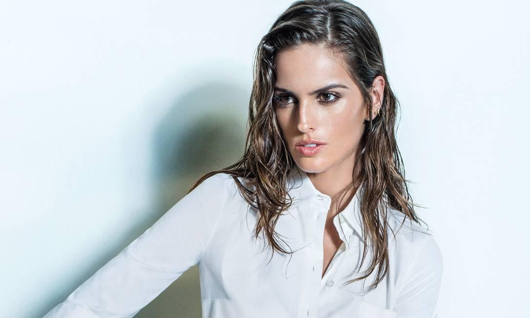 349ebab96c918 Izabel Goulart veste saia bordada e camisa em popeline Michael Kors em  editorial assinado pelo estilista