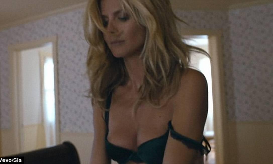 """A top alemão Heidi Klum, acostumada desde sempre a fotografar por aí de lingerie (lembra que ela já foi angel da Victoria´s Secret), não fez feio no novo clipe da cantora Sia, """"Fire meets gasoline"""" Divulgação/Vevo"""
