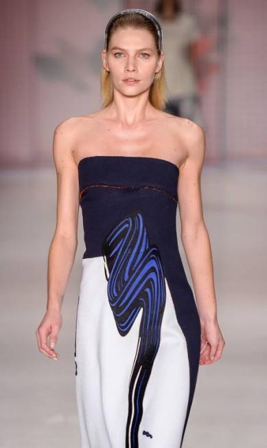 O verão 2016 da Sacada foi inspirado em balneários vintage, futurismo retrô, pop art e op art. A marca trouxe muito branco e cores neutras para a passarela Ze Takahashi / Agência Fotosite