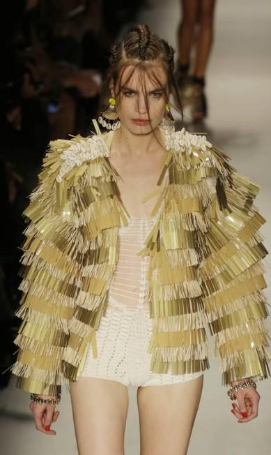 Na Têca by Helo Rocha, o dourado surgiu em um look marcante, com franjas Nelson Antoine / AP