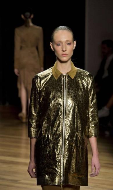 Já no desfile de Alexandre Herchcovitch, a tonalidade trouxe luxo e elegância às criações NELSON ALMEIDA / AFP