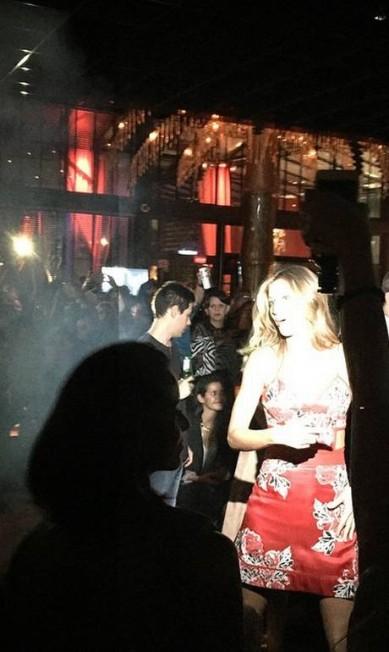 Mesmo com o tumulto, Gisele foi simpática e tirou muitas fotos no Club A Reprodução / Instagram