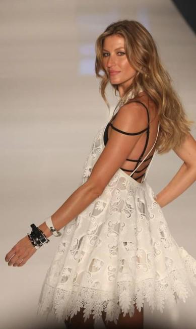 Mais cedo, a modelo fez a sua viradinha clássica em seu último desfile Marcos Alves / Agência O Globo