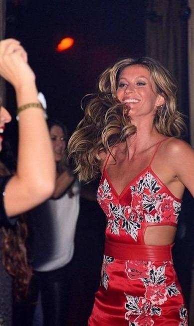 Ela se esbaldou na pista. Também, pudera. O que não faltam são motivos para comemorar. Após o último desfile da carreira, Gisele Bündchen foi para uma casa noturna de São Paulo comemorar com o marido, Tom Brady, a família e amigos... Reprodução Instagram