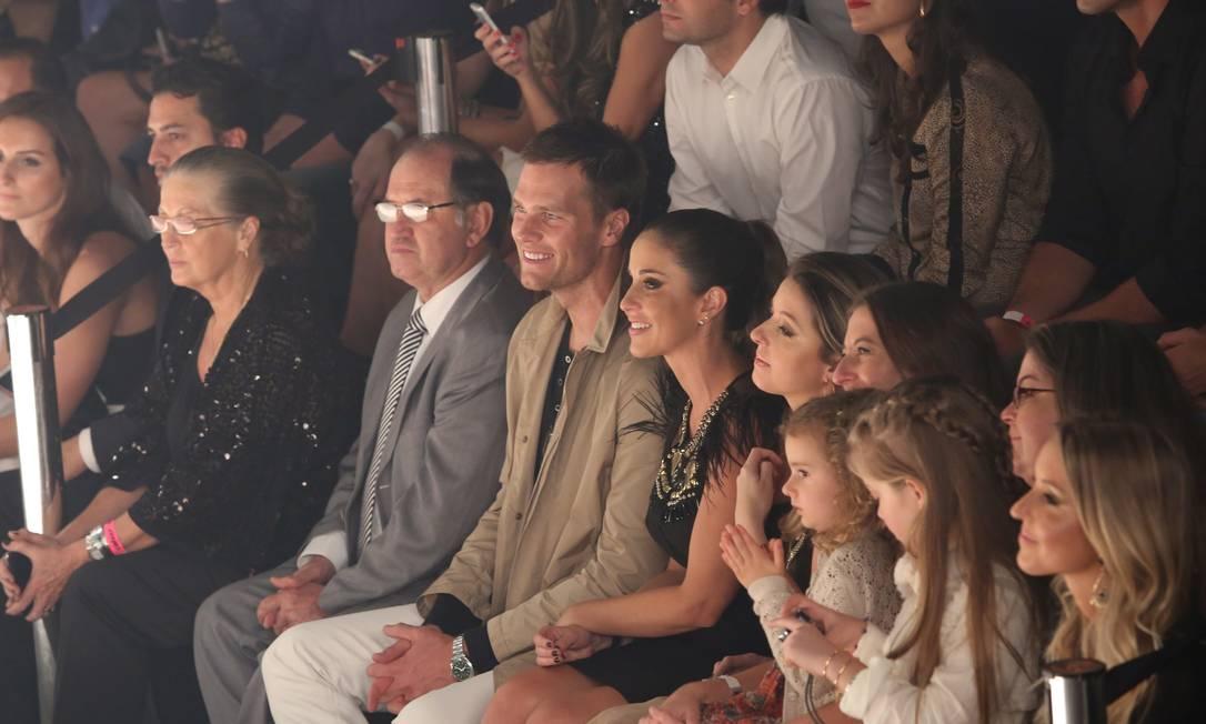 Com olhar orgulhoso, o marido de Gisele, Tom Brady, acompanhou o desfile, assim como os pais e as irmãs da top Marcos Alves / Agência O Globo
