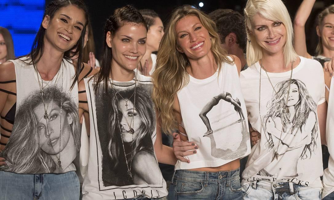 Gisele Bündchen sorri cercada por Caroline Ribeiro (à esquerda), Luciana Curtis e Ana Claudia Michels (à direita) Andre Penner / AP