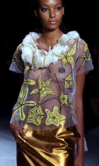 Ronaldo Fraga desfilou uma coleção inspirada no universo das sereias para o verão 2016. O estilista criou roupas com muita renda, bordados, transparências e uma modelagem mais sensual. A paleta de cores variou de tons clarinhos até azuis mais fechados PAULO WHITAKER / REUTERS