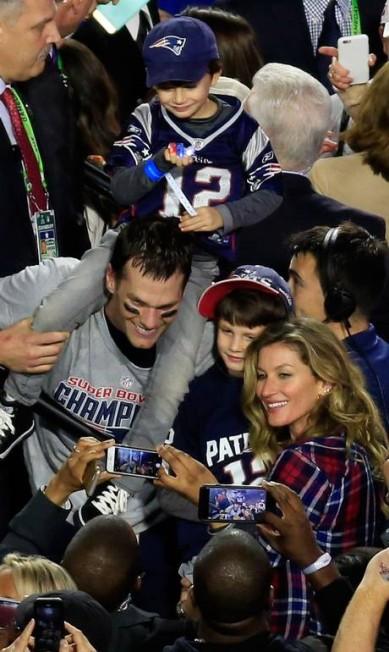 Hora da foto de família! Tom Brady foi fundamental para a conquista de mais um título do New England Patriots no Super Bowl 2015. Gisele comemorou a vitória com o marido e os dois filhos JAMIE SQUIRE / AFP
