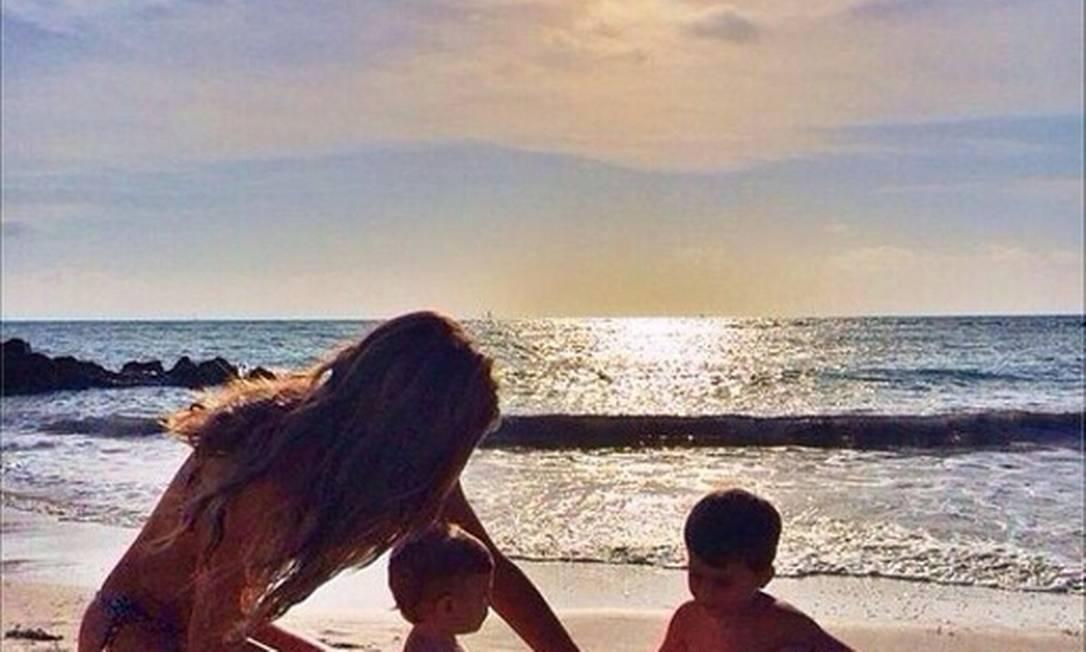 """Gisele na praia com os filhos. """"O nascimento de um filho desperta um sentimento inexplicável, uma vontade de tornar o mundo um lugar melhor. Cria garras afiadas para defendê-los, mas também leva mais doçura ao falar"""", escreveu ela no Instagram Instagram"""