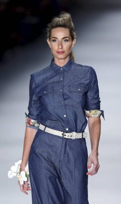 A modelo Mariana Weickert desfilou para o verão 2016 da TNG. A marca trouxe para a passarela uma coleção florida, com cores fortes e pincelada por diferentes lavagens de jeans, uma tradição da TNG PAULO WHITAKER / REUTERS