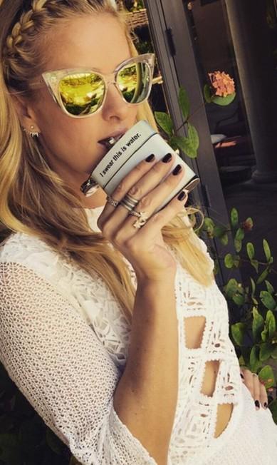 Nicky Hilton, irmã de Paris Hilton, caprichou no vestido cheio de recortes e nos óculos espelhados Reprodução Instagram
