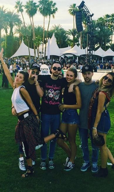 Sofia Richie, irmã de Nicole Richie e filha de Lionel Richie (primeira à esquerda), posa com sua turma durante o evento Reprodução Instagram
