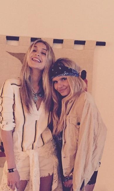 A top Gigi Hadid também deu as caras no evento. De short e colares de prata, ela posa ao lado da amiga, a também modelo Alli Simpson Reprodução Instagram