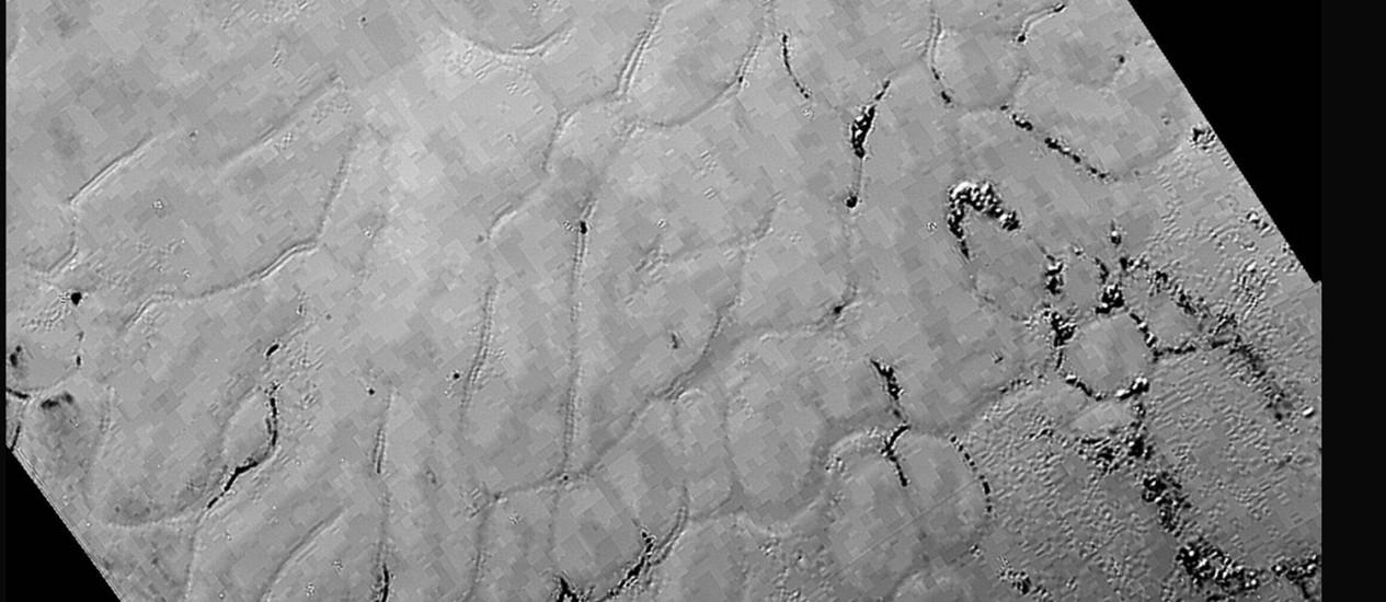 Detalhes da região do 'coração' de Plutão em imagem de melhor resulução da superfície do planeta-anão feita pela sonda New Horizons e divulgada nesta sexta pela Nasa Foto: Nasa/JHUALP/SwRI