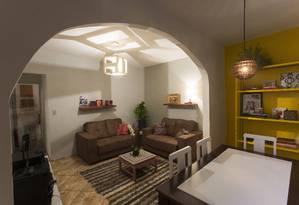 Sala de estar. Móveis novos, luminárias vazadas e pintura deram novo ar ao cômod Foto: Daniela Dacorso / Agência O Globo