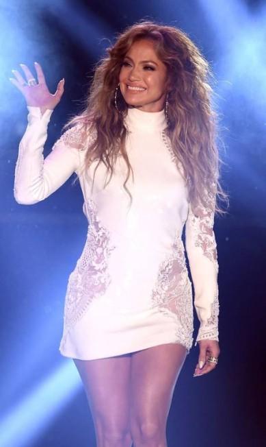 Além do clã Jolie-Pitt, Jennifer Lopez foi outra que brilhou no evento KEVIN WINTER / AFP