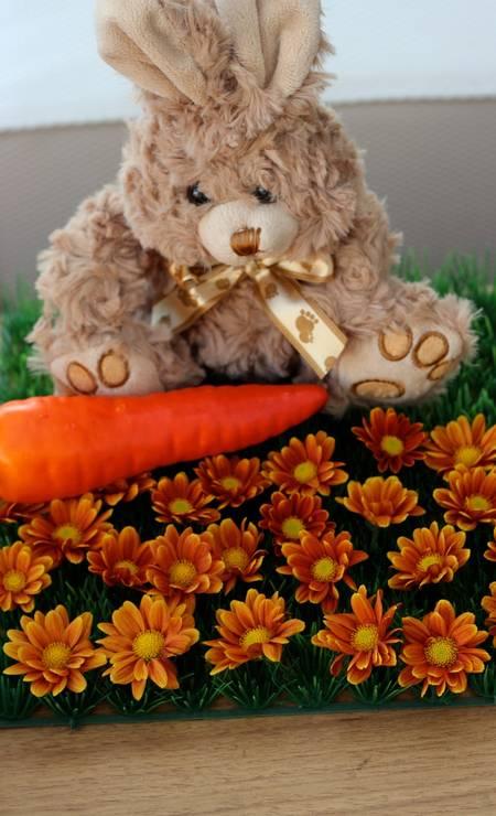 """""""Criei um jardim de margaridas encaixadas uma a uma na placa de grama, e coloquei junto os coelhinhos de pelúcia acompanhados de cenouras artificiais"""", explicou Marcelle Foto: Divulgação"""