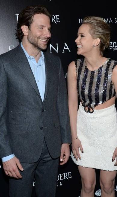 """Bradley Cooper, o mais novo solteiro do pedaço, se divertiu à beça com Jennifer Lawrence na exibição especial do filme """"Serena"""", em Nova York, neste sábado. A dupla tem sincronia. Já fizeram alguns projetos juntos, como os longas """"O lado bom da vida"""" e """"Trapaça"""" Evan Agostini / Evan Agostini/Invision/AP"""