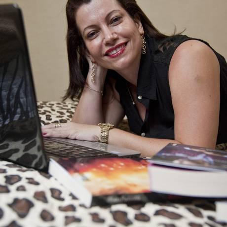 OUSADA. Nana em seu quarto, onde escreve tramas com ajuda de muitas pesquisas no Google Foto: Agência O Globo