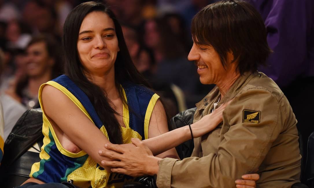 Em Los Angeles, Wanessa Milhomeme, acompanhada de Anthony Kiedis, claro, mostrou demais MARK RALSTON / AFP