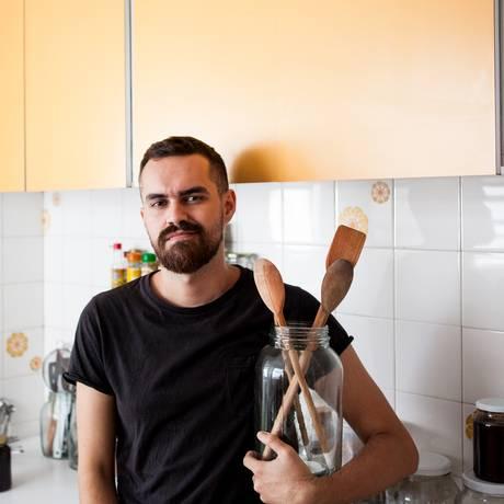 Angelo Dal Bó em sua cozinha em São Paulo, onde prepara os pratos que publica no blog Foto: Angelo Dal Bó