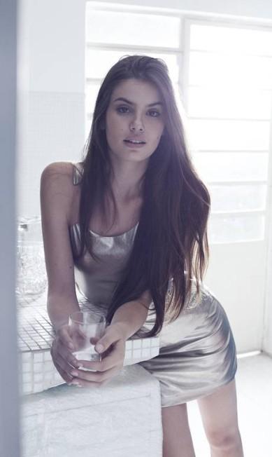 Camila já fez campanha para Armani Exchange e trabalhou em 15 países PauloVainer / PauloVainer / Foto de paulo vainer/ Figurino: Ellen Milet. Consultoria de moda: Dudu Berthollini. Beleza: Marcos Padilha