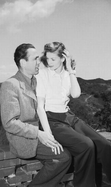 """A idade não foi problema para que Humphrey Bogart se casasse com Lauren Bacall em 1945, quando ela era 20 anos mais nova que ele. Os dois se conheceram em 1944 nas filmagens de """"To Have and Have Not"""" e desde então apareceu em vários longas com ele. Ficaram juntos até a morte de Bogart, em 1957 Divulgação"""