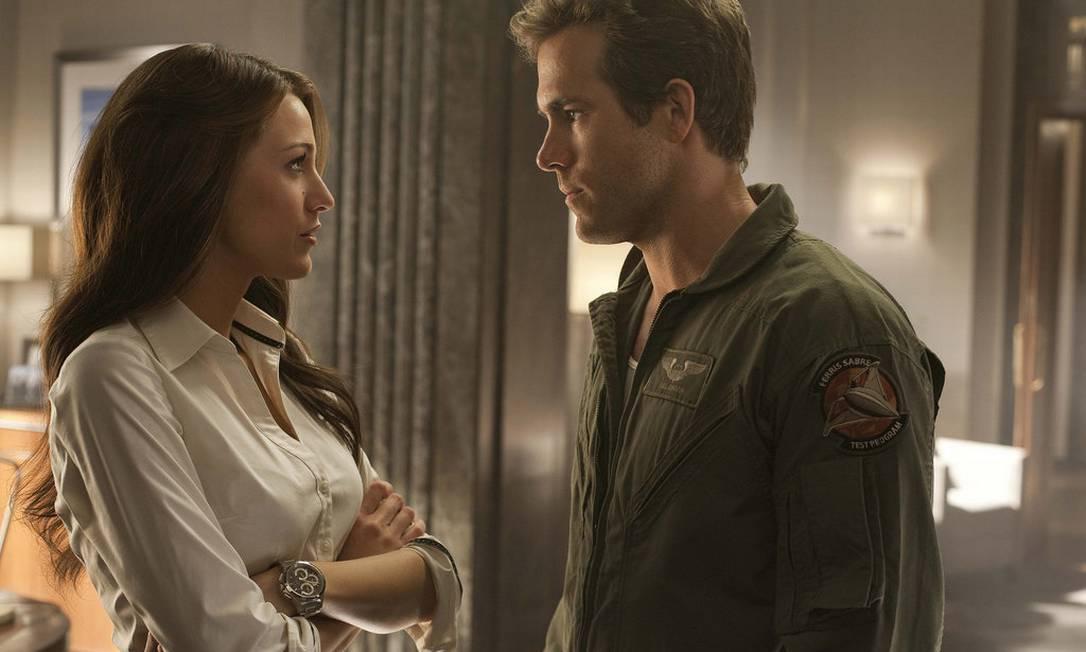 """Na época das gravações de """"Lanterna Verde"""", no início de 2010, Ryan Reynolds era casado com Scarlett Johansson, mas foi só o ano chegar ao fim que ele se separou da sex symbol. Em 2011, surpresa! Ele e Blake, companheiros de elenco, estavam namorando. Hoje são pais de um menina Divulgação / Warner Bros."""
